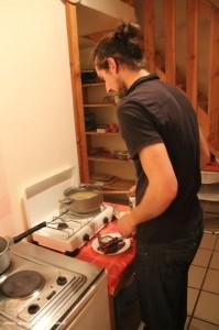 Aurel prépare le couscous du samedi soir.